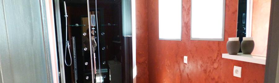 Une petite salle de bain où vous pourrez vous laver en musique !